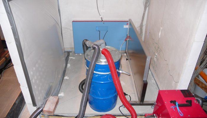 Einsatz von verschiedenen Trocknungstechniken, Folienzelt, IR-Strahlungsheizplatten und Unterestrichtrocknungssystem zur Trocknung der Wände und des Bodens.